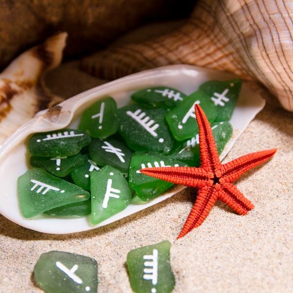 Oghams gravés sur des morceaux de verre de mer