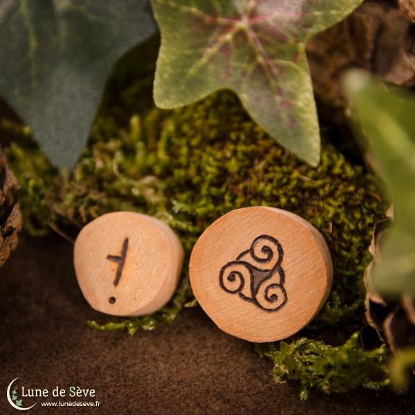 Jeu d'oghams en bois miniature, motif triskel